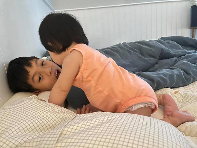 Trong lúc Subeo say ngủ, Suchin tiến đến và nghịch mặt anh trai. Sau đó, cậu bé ôm lấy em gái vào lòng. Bố Cường Đô La thay lời con gái: Anh hai ơi, dậy dẫn Chin đi chơi đi.