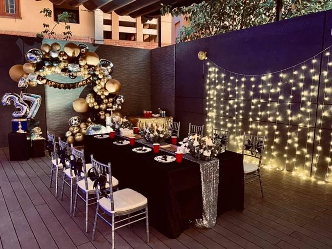 Linh Rin dành nhiều tâm huyết để đưa ra ý tưởng đồng thời thực hiện bữa tiệc. Trong không gian riêng tư, bàn tiệc nhỏ với số lượng ghế vừa đủ chỉ dành cho những người thân thiết của Phillip Nguyễn.