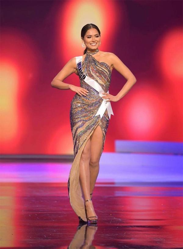 Mỹ nhân sinh năm 1994 chọn bộ đầm xẻ tinh tế trong phần thi trang phục dạ hội ở bán kết.