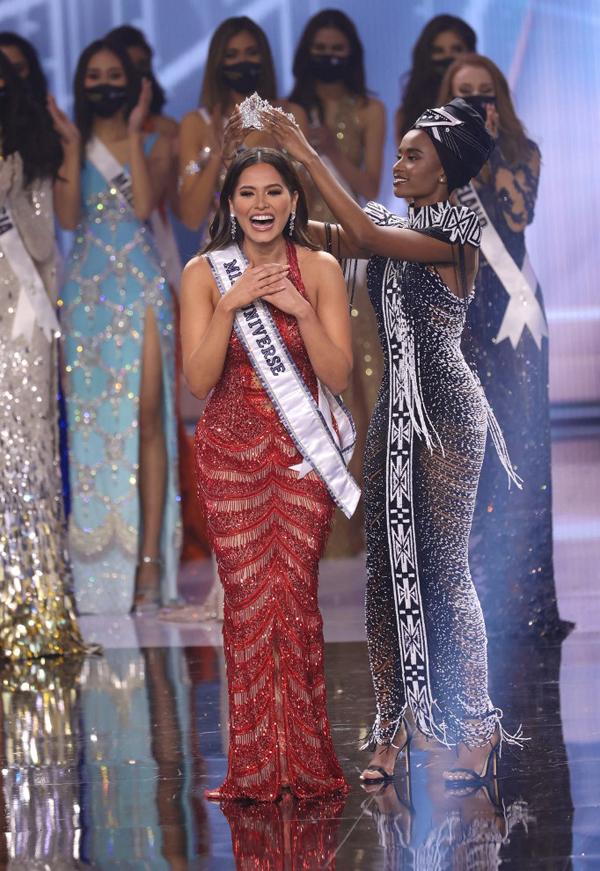 Andrea Meza giành chiến thắng, vượt qua 73 thí sinh khác trong chung kết Miss Universe tại Mỹ sáng 17/5 (theo giờ Hà Nội). Cô được Hoa hậu Hoàn vũ 2019, người đẹp Nam Phi Zozibini Tunz, trao lại vương miện danh giá.