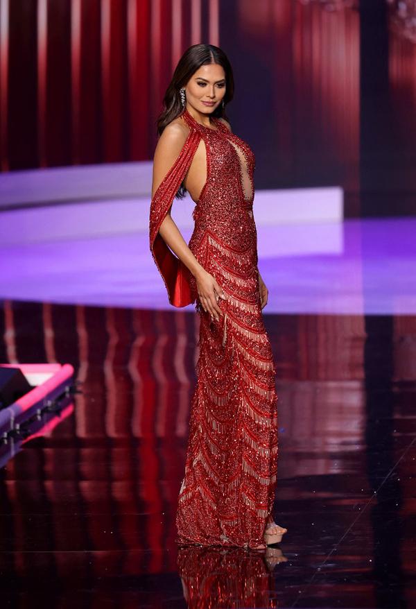 Tân hoa hậu quyến rũ khi trình diễn trang phục dạ hội cùng Top 10. Andrea đã chọn bộ đầm màu booc-đô xuyên thấu khoe trọn đường cong cơ thể và toát lên vẻ sang trọng, kiêu sa.
