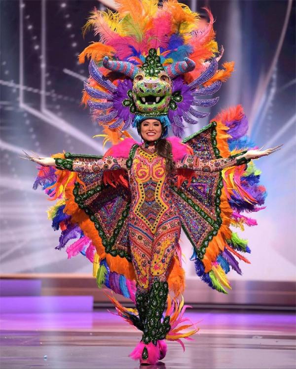 Màn trình diễn trang phục dân tộc rực rỡ của Andrea, mang dấu ấn sắc màu quê hương Mexico.