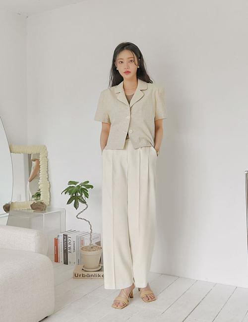 Sandal đế thấp, thiết kế quay mảnh, màu trắng - đen hoặc trung tính vẫn được yêu thích nhất.