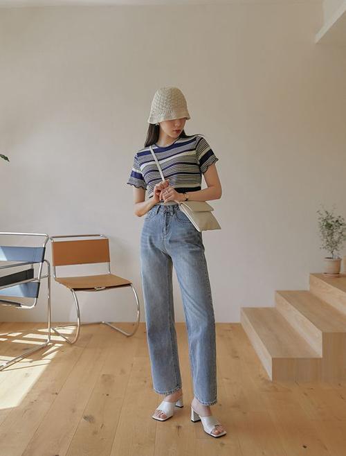 Cùng với các mẫu sandal dây đan xinh xắn là dép da cao gót kiểu dáng đơn giản và không kén đồ.