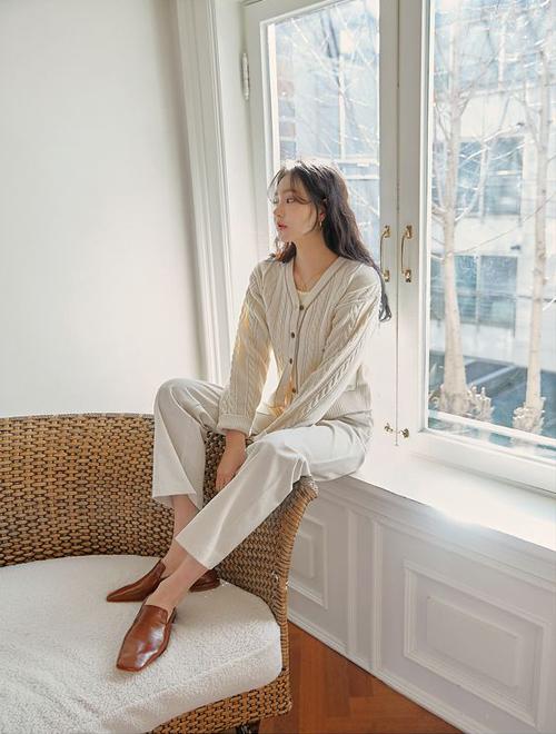 Cũng như sandal, dép mullet thiết kế trên chất liệu da thuộc có thể phối hợp cùng nhiều kiểu dáng quần - áo để đến văn phòng.