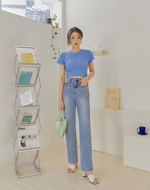 Các mẫu dép cao gót mùa hè dễ phối cùng quần jeans thông dụng, chân váy midi, quần suông thanh lịch khi đi làm.