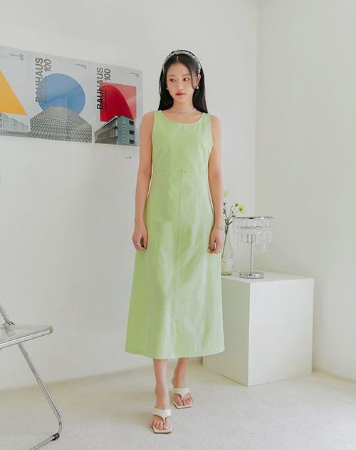 Nếu khéo chọn các dáng váy tôn nét trang nhã thì dép xỏ ngón, dép kẹp vẫn có thể ứng dụng đến văn phòng và xuống phố cafe.
