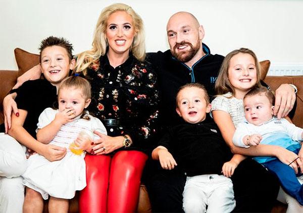 Vợ chồng Tyson Fury bên 5 đứa con. Ảnh: Instagram.