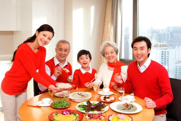 Nhân sâm, nấm linh chi, đông trùng hạ thảo... có thể làm quà biếu người cao tuổi.