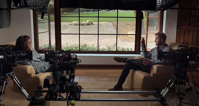 Oprah Winfrey trò chuyện với Harry về sức khoẻ tâm thần trong phim tài liệu The Me You Cant See. Ảnh: Apple TV.