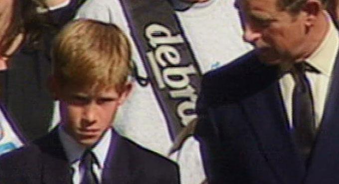 Thái tử Charles và Hoàng tử Harry trong đám tang Diana năm 1997. Ảnh: Apple TV.