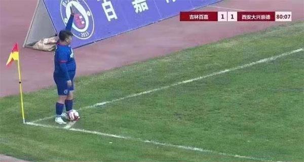 Ông chủ đội bóng vào sân thi đấu, cho con trai hơn 120 kg đá chính
