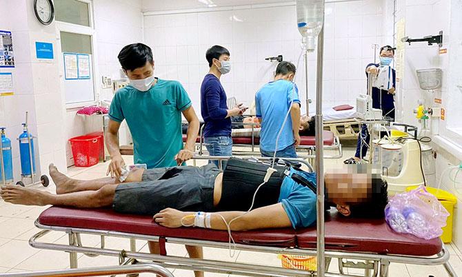 Một nghi can (nằm cáng) bị thương sau khi nhảy từ tầng 3 của khách sạn, được đưa tới Biện viện Đa khoa Hà Tĩnh điều trị, tối 17/5. Ảnh: B.T