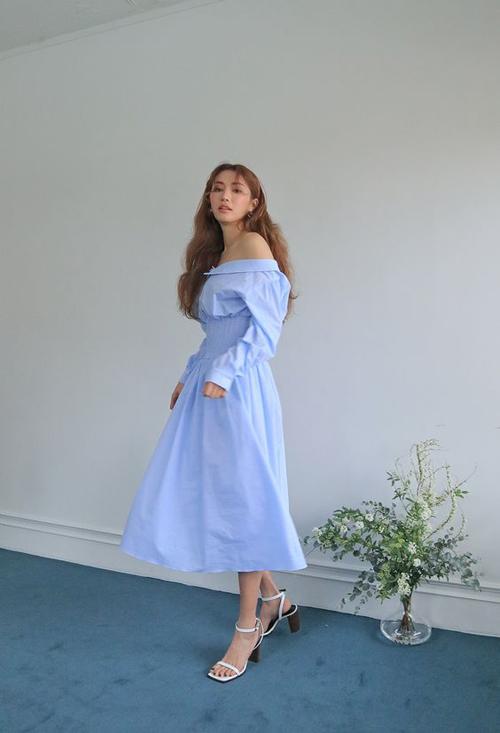 Váy cotton thiết kế trên màu xanh pastel, dáng váy mang hơi hướng cổ điển cũng là lựa chọn lý tưởng trong những ngày nóng