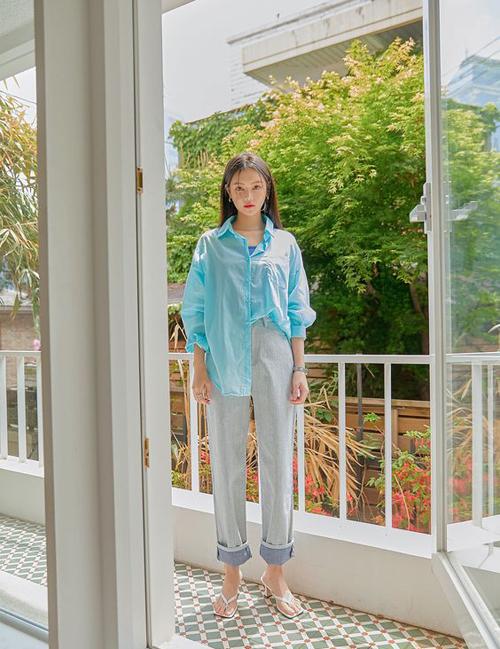Phối sắc xanh với nhiều tông màu đậm - nhạt trên cùng một set đồ cũng được áp dụng hiệu quả cho phong cách street style.