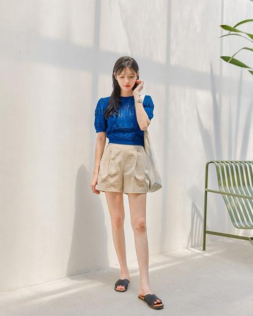 Short thiết kế trên vải thô, có độ thông thoáng cao là trang phục được yêu thích trong ngày nóng. Các mẫu quần tôn chân thon màu trung tính cũng có thể mặc kèm áo xanh dương, xanh da trời đậm.
