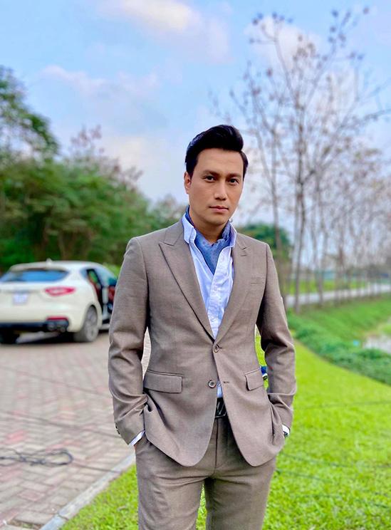 Tạo hình của Việt Anh trong phim Hướng dương ngược nắng.