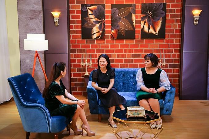 Chị Bích Uyên tham gia talkshow Người thứ 3 cùng tiến sĩ tâm lý Tô Nhi A (ngoài cùng bên phải) và ca sĩ Hải Yến Idol (ngoài cùng bên trái) giữ vai trò MC. Chương trình được phát sóng định kì vào lúc 19h00 thứ ba hàng tuần trên kênh YouTube Jet TV.