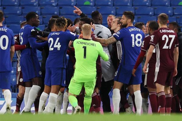 Vụ lộn xộn diễn ra ở những phút bù giờ của trận đấu khi Chelsea cầm chắc phần thắng. Ảnh: EPA.