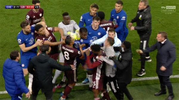 Một số cầu thủ và thành viên ban huấn luyện hai bên cũng không giữ được bình tĩnh, lao vào cãi vã. Ảnh: Sky Sports.