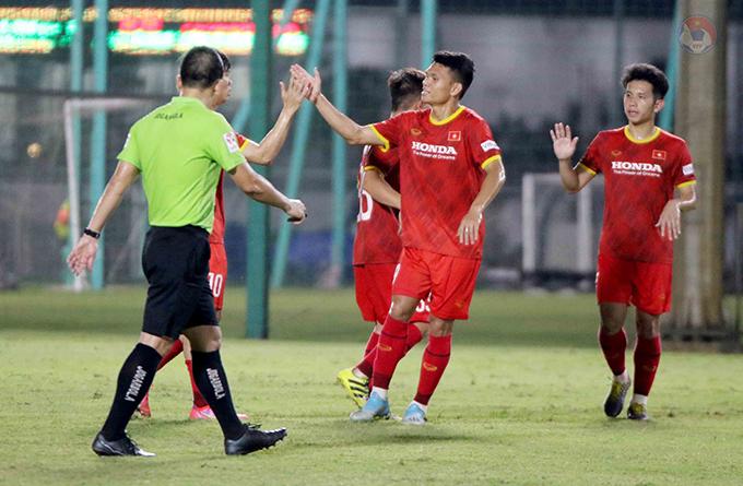 Xuân Mạnh (giữa) ra sân trong trận đấu tập gữa tuyển Việt Nam và U22 Việt Nam tối 18/5. Ảnh: VFF.