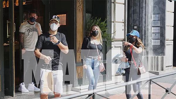 Hai cặp vợ chồng đều đeo khẩu trang sau khi rời khỏi nhà hàng. Ảnh: Marca.