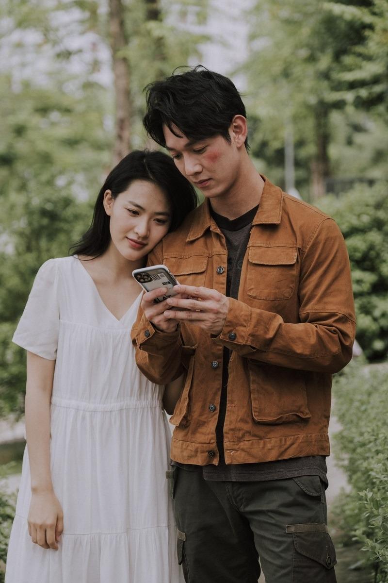 Minh Trang (vai Trúc) đóng vai người yêu của Song Luân (vai Dư) trong phim Cây táo nở hoa.