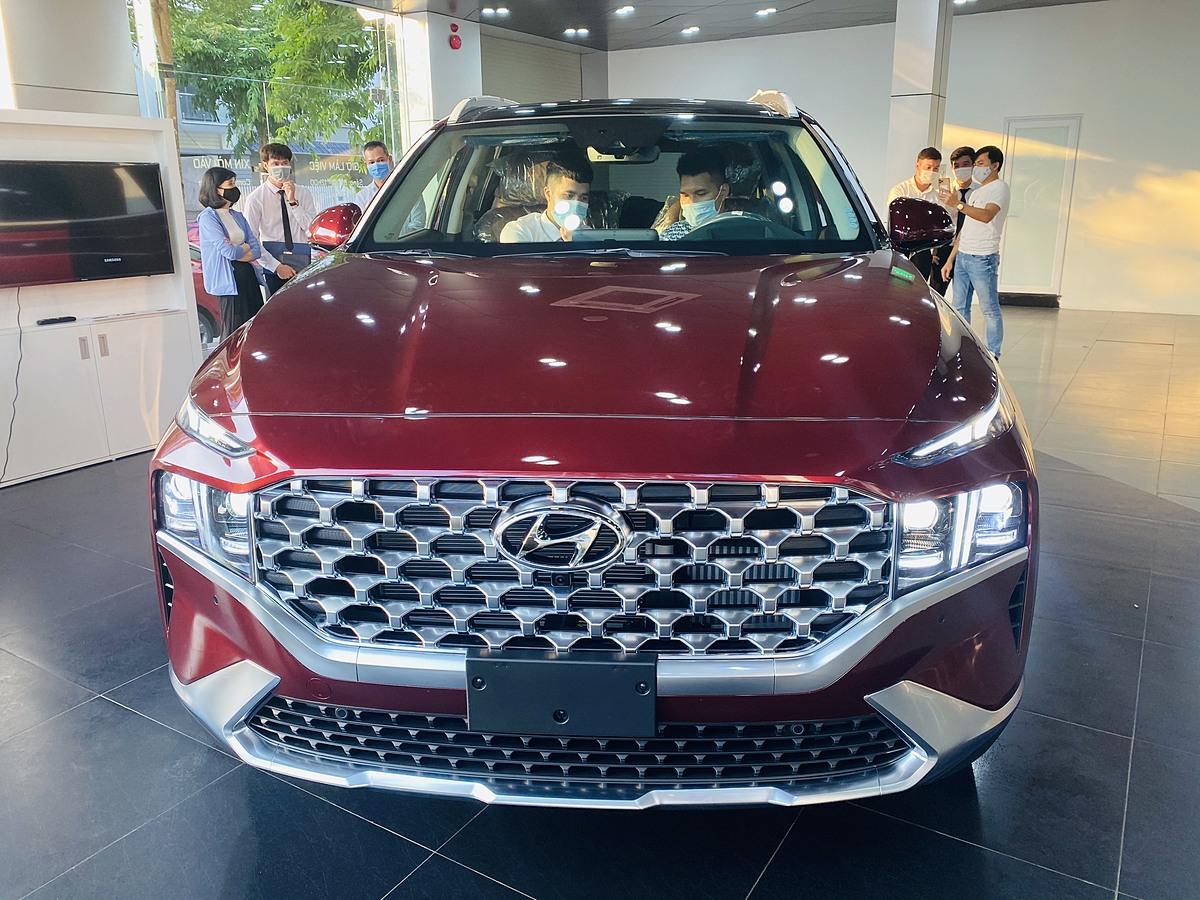 Khách hàng xem Hyundai Santa Fe 2021 tại Hà Nội.