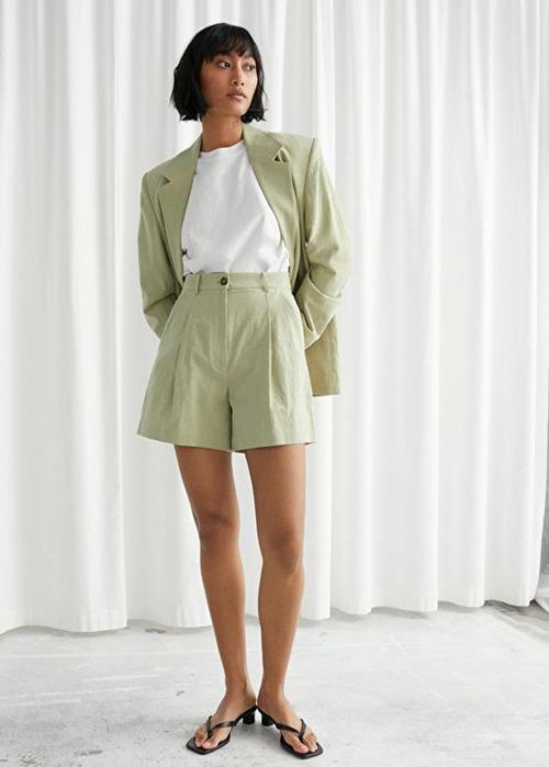 Suit vải thô, có độ thấm hút mồ hôi cao thường được sử dụng cùng áo thun trắng để mang đến set đồ công sở mùa hè.