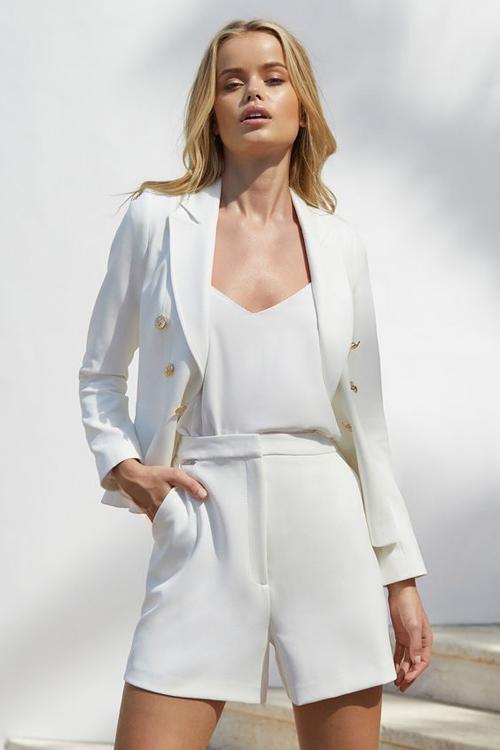 Không quá kiểu cách như các mẫu suit thu đông, trang phục mùa hè được tiết giản tối đa về phom dáng lẫn họa tiết.