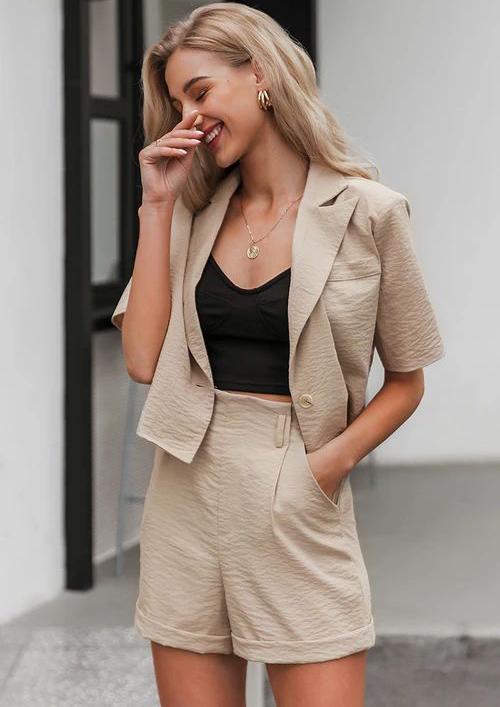 Khi mix trang phục dạo phố và đi chơi, suit thường được sử dụng cùng các kiểu áo hở eo, áo hai dây, áo bra vải ren để tôn nét sexy cho phái đẹp.