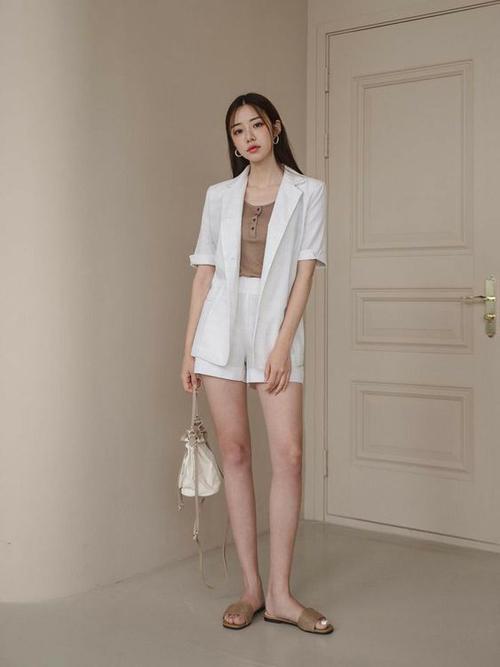 Những bộ trang phục màu đơn sắc, kiểu dáng đơn giản để mix-match phụ kiện mùa hè và sử dụng ở nhiều bối cảnh khác nhau.
