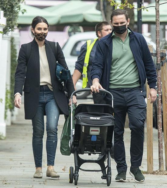 Lampard cùng vợ và con trai mới hai tháng tuổi đi mua sắm ở London đầu tháng 5. Ảnh: MJ Pictures.
