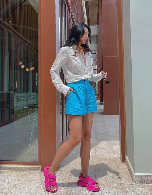 Khi lăng xê mẫu áo sơ mi cut-out độc đáo, Minh Triệu tự tin mix màu chóe để tăng sức hút cho street style ngày hè.