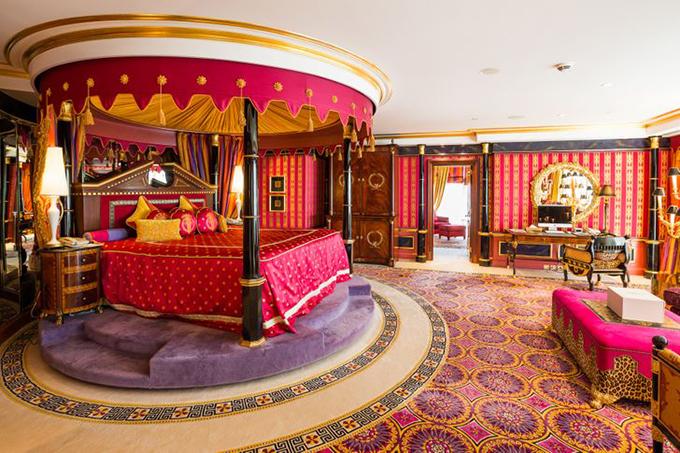 7. Nội thất xa hoaNội thất được lấy cảm hứng từ văn hóa của Dubai, xa hoa và đầy màu sắc. Một chiếc đèn chùm bằng vàng được treo trên hành lang, những chiếc giường kingsize được phủ bằng những tấm vải cotton hoa văn Ai Cập chất lượng tốt nhất. Tất cả các phòng đều có những tấm thảm đặt làm riêng từ Nam Phi và Ấn Độ và những cánh cửa gỗ chạm khắc tại địa phương. Phòng tắm được trang trí bằng những bức tranh tuyệt đẹp, bể sục và vòi sen khổng lồ có thể phù hợp với cả gia đình. Ngoài ra, phòng còn có sảnh riêng để ăn uống và văn phòng nếu bạn cần làm việc, tất nhiên được trang bị Macbook hoặc iPad mạ vàng.