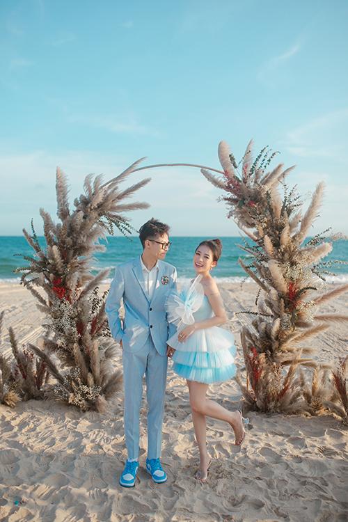 Khung cảnh được dàn dựng với cổng hoa lãng mạn. Tâm Nguyễn đã bàn bạc với NTK Phạm Đăng Anh Thư để lên ý tưởng hình ảnh, lễ cưới trên biển cùng một tiết mục ca hát.