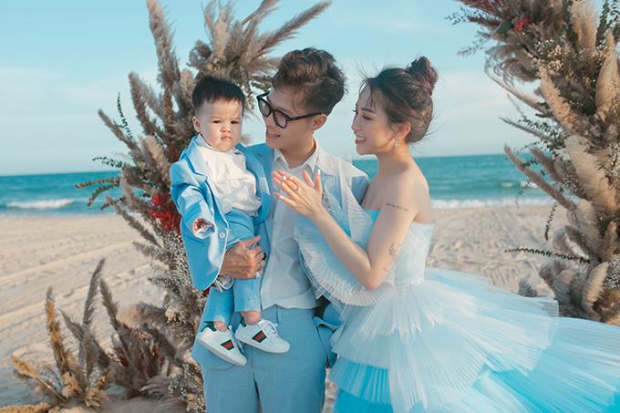 Cả gia đình ton-sur-ton với màu xanh - trắng, gợi nhắc màu trời và biển.