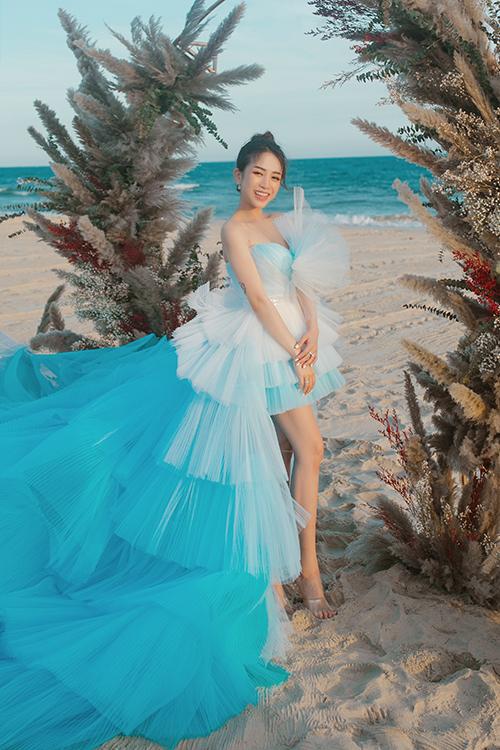 Chiếc váy mà Joyce Phạm diện trong lễ cưới bí mật được thiết kế bởi Anh Thư. Mẫu đầm mang sắc xanh ombre của trời và biển. Chiếc váy xếp tầng có sự chuyển sắc tinh tế, tôn dung nhan trẻ trung của Joyce.