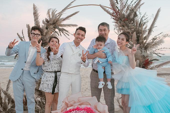 Ngoài bạn bè của cặp vợ chồng, bố - đại gia Minh Nhựa cùng ông bà ngoại của Joyce Phạm cũng xuất hiện ở lễ cưới đặc biệt này.