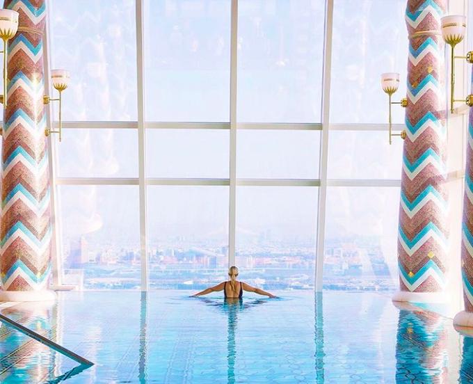 9. Tiện nghi giải trí bất tậnKhách sạn có nhiều dịch vụ giải trí bao gồm nhiều hồ bơi, cả bên trong và bên ngoài, 9 nhà hàng và quán bar, công viên nước... Talise Spa nổi tiếng với tầm nhìn ra đại dương bao la và bãi biển riêng chỉ dành cho khách của khách sạn. Bạn cũng có thể yêu cầu một buổi tối lãng mạn trong hồ bơi cho hai người. Nhân viên khách sạn sẽ thả nến và cánhh hoa nổi trên hồ bơi.