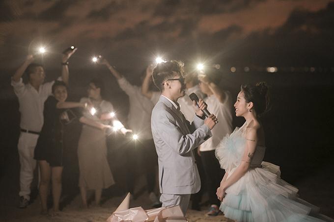 Trong lễ cưới bí mật ở bãi biển, Tâm đã hát ca khúc Điều cha muốn nói khiến Joyce bật khóc vì cảm động.