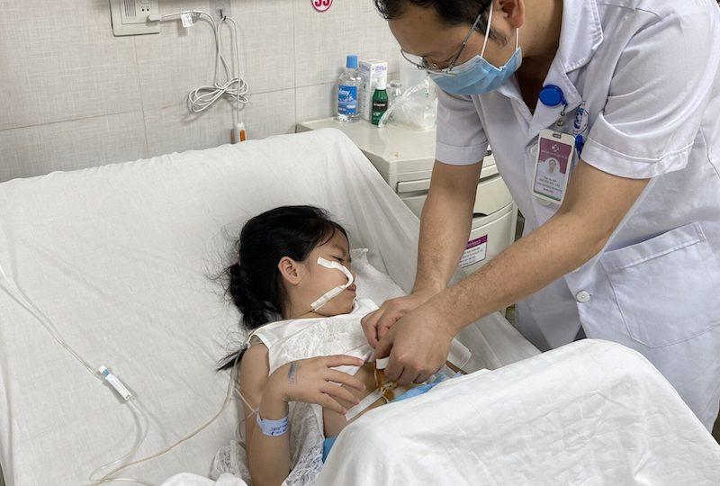 Bé gái vẫn đang được theo dõi sau phẫu thuật tại bệnh viện. Ảnh: BVCC
