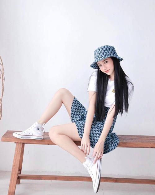 Trúc Anh tôn chân thon và giúp hình ảnh của cô đáng yêu hơn với cách phối chân váy tenis cùng giày đế bệt, áo thun trắng và mũ rộng vành.