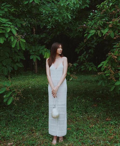 Diện nguyên set đồ white on white như của Thanh Hằng là cách xử lý tông trắng đơn giản nhất. Với công thức phối màu này, bạn chỉ cần chọn váy áo và phụ kiện ton-sur-ton. Tuy nhiên để tổng thể thống nhất, các nàng nên chú ý về sự đồng điệu màu sắc giữa trang sức, giày dép đi kèm.