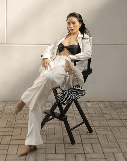 Cách mix màu trắng - đen cũng khá phổ biến và nó luôn được Kỳ Duyên cùng dàn sao Việt tận dụng hiệu quả cho từng set đồ dạo phố, đi tiệc nhẹ.