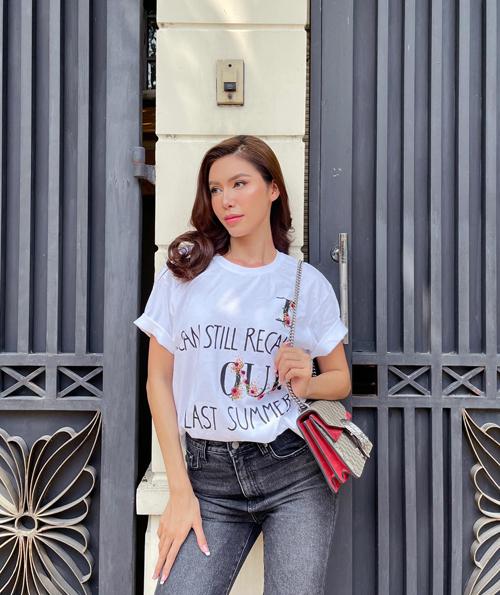 Chọn áo thun trắng và quần jeans như của Minh Tú cũng là cách mix đồ hiệu quả và tiết thời gian. Set đồ phù hợp với những cô nàng công sở bận rộn và không muốn tốn quá nhiều thời gian cho việc chọn váy áo khi đi làm.