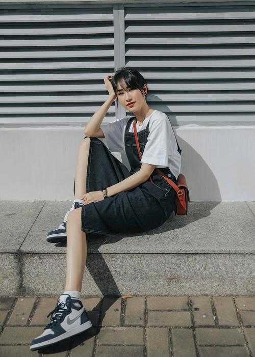 Nếu muốn hồi tee thì chị em công sở chỉ cần chọn váy yếm trên chất liệu vải jean hoặc denim để mix cùng áo thun đơn sắc như Hà Thu.