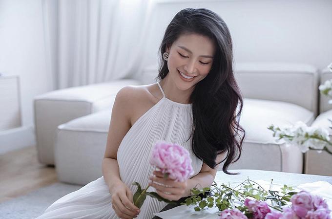 Váy cổ yếm, đầm xếp ly của Phương Khánh cũng là sản phẩm được phái đẹp yêu thích. Bởi nó vừa khoe khéo vai thon vừa giải phóng hình thể tối đa.