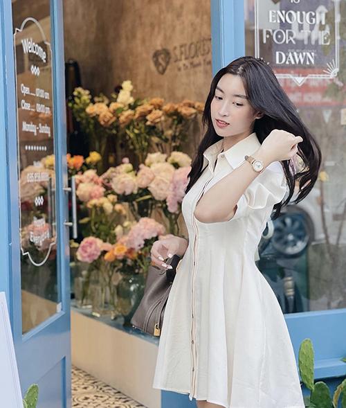 Ở mua fhef năm nay, chọn váy trắng trên chất liệu thân thiện môi trường là cách mà Đỗ Mỹ Linh và nhiều sao Việt áp dụng để giải nhiệt ngày nóng.
