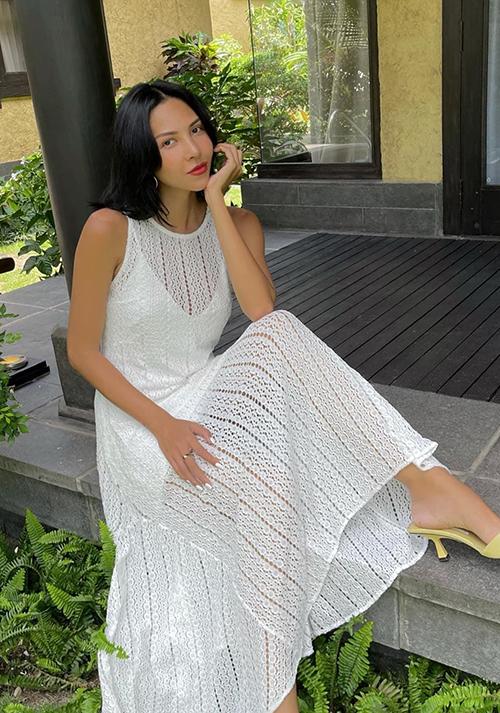 Để chiều lòng hội chị em mê mặc đẹp, siêu mẫu Minh Triệu cũng nhanh chóng cập nhật mốt váy ren thủng là xu hướng thịnh hành ở mùa hè 2021.